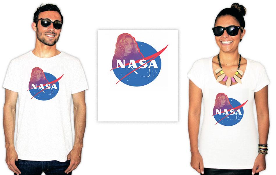 Camiseta com a estampa do logo da Nasa num mashup com a foto da nazaré