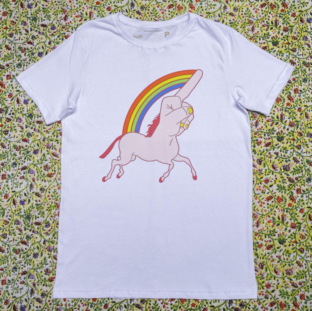 Camiseta com estampa de arco-íris unifoda-se