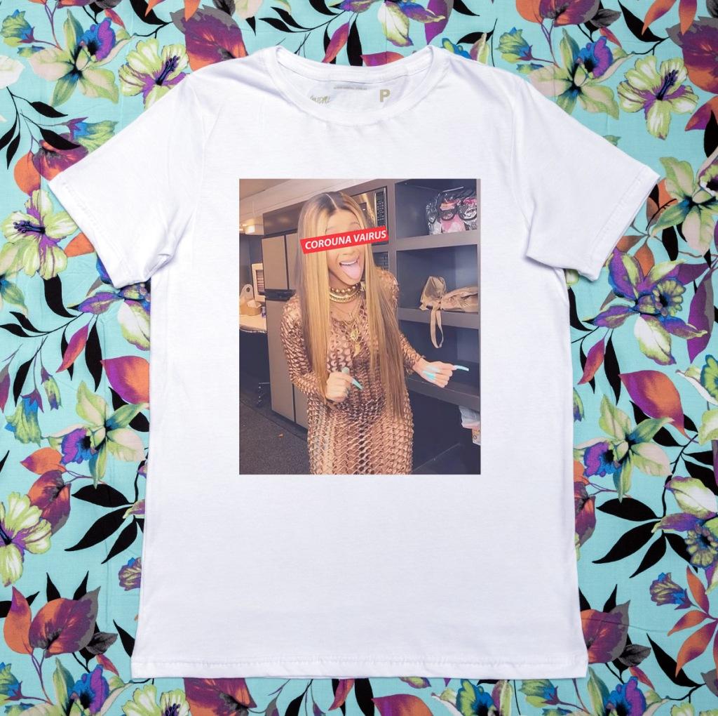 Camiseta com estampa sobre o coronavírus com a Cardi B