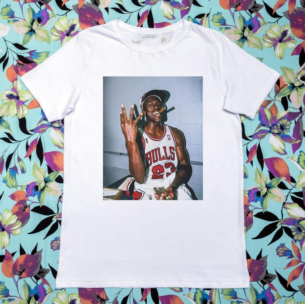 Camiseta Michael Jordan celebrando 3 títulos