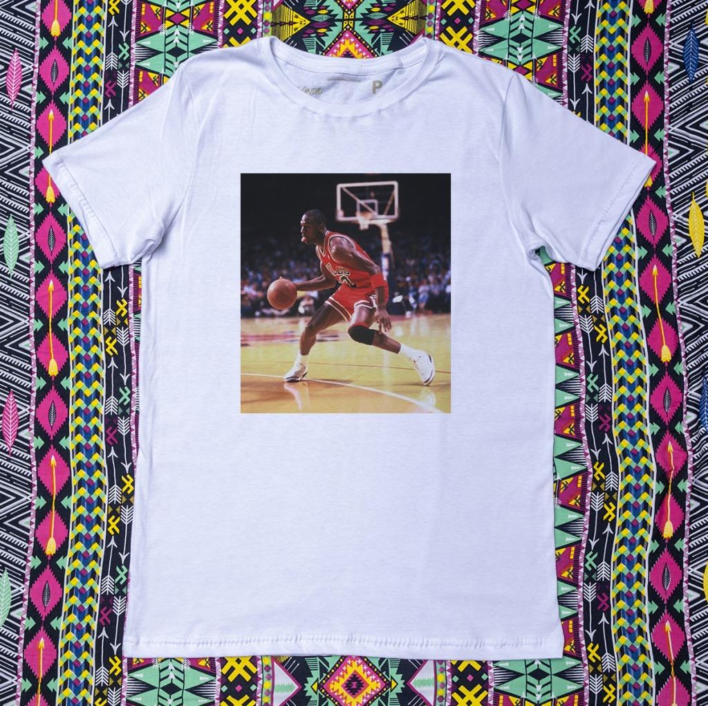 Camiseta Michael Jordan driblando