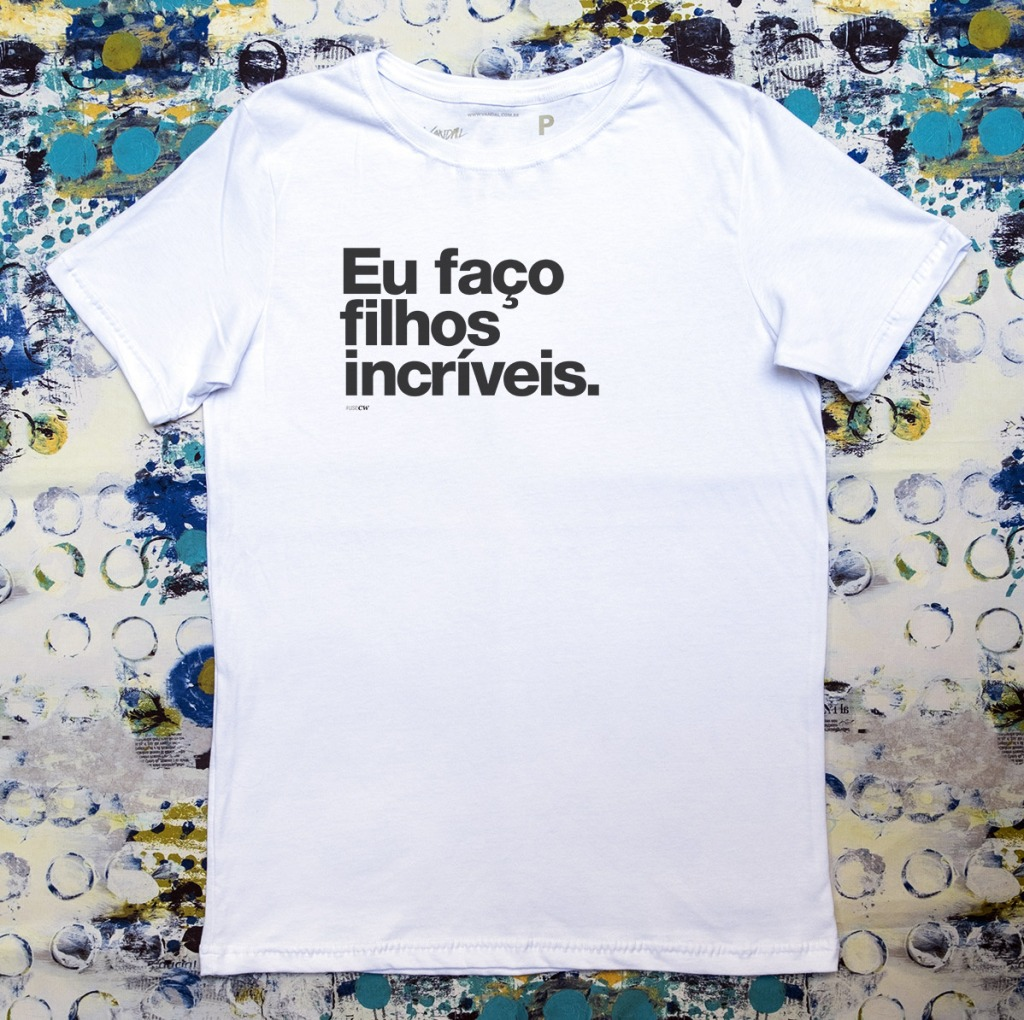 Camiseta com estampa com a frase eu faço filhos incríveis