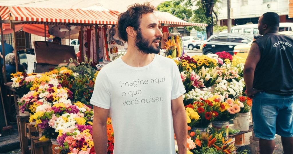 Homem na feira vestindo uma camiseta com estampa com a frase imagine aqui o que você quiser